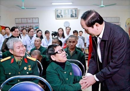 Chủ tịch nước ân cần thăm hỏi các thương binh ở Trung tâm Điều dưỡng thương binh Nho Quan.