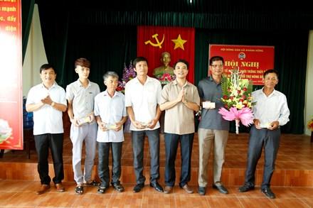 Đ/c Đinh Hồng Thái -TUV, Chủ tịch Hội Nông dân tỉnh tặng hoa, chúc mừng tổ hợp tác.