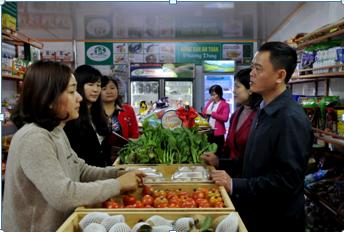 Đoàn kiểm tra tại cửa hàng Phương Dung (thị trấn Phát Diệm-Kim Sơn).