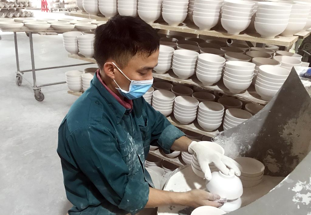 Hoạt động sản xuất tại Công ty TNHH Bảo tồn và Phát triển gốm Bồ Bát.